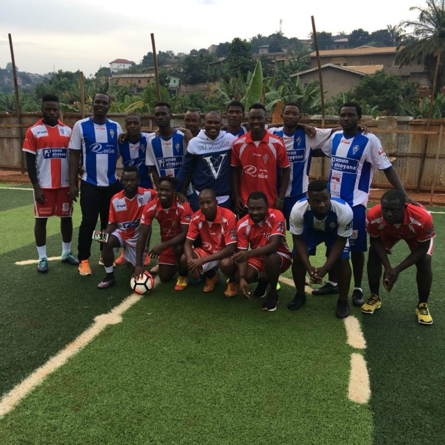 Omgba viste del CD Alcoyano a los jóvenes de su comunidad en Camerún